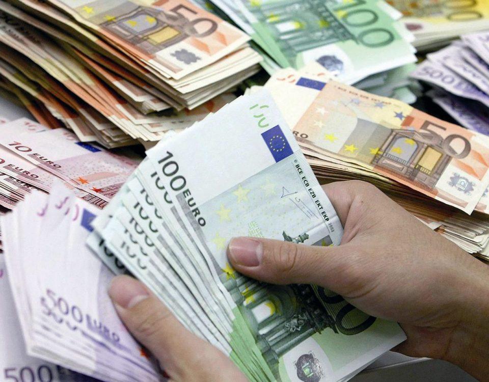 Bankangestellter zählt Geldscheine